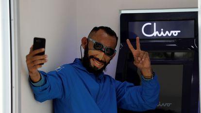 Um salvadorenho tira selfie em um caixa eletrônico habilitado para trocar bitcoins por dólares em San Salvador.