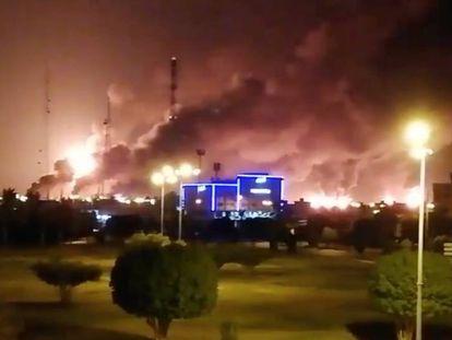 Imagem de Abqaiq e a fumaça do incêndio provocado pelo ataque dos drones. No vídeo, as chamas.