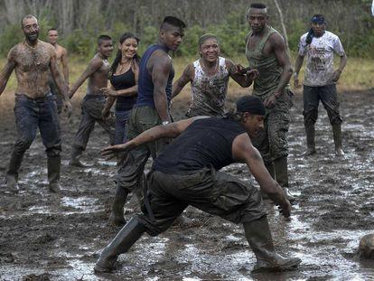 Membros das FARC jogando futebol, no domingo.
