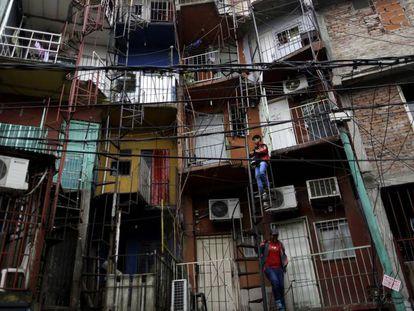 Fachadas de moradias na Villa 31, em Buenos Aires.