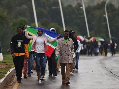 Dezenas de sul-africanos saem do estádio depois da cerimônia.