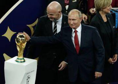 Putin toca a taça ao lado do presidente da FIFA.