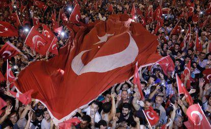 Manifestantes na preça Taksim, em Istambul.