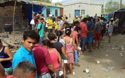 Moradores de Cúcuta dão comida a deportados da Venezuela.