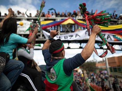 Um mutirão indígena parte em direção a Bogotá, em outubro de 2020. Manifestantes buscavam se reunir com o presidente Iván Duque para reclamar do descumprimento dos acordos firmados.