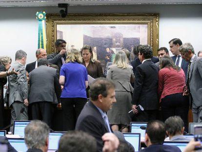 Deputados interrompem sessão após divergências.
