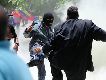 Manifestante chuta o deputado Franco Casella durante um protesto que terminou com a invasão do parlamento venezuelano.