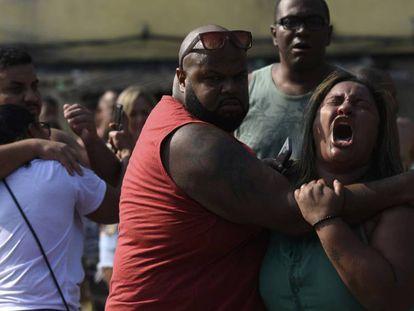 Luciana dos Santos, mulher de Evaldo, chora na zona oeste no Rio.