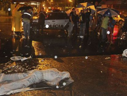 O corpo do torcedor Paulo Silva, que morreu ao sair do estádio do Arruda.