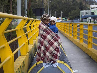 Mãe com o filho na ponte da fronteira