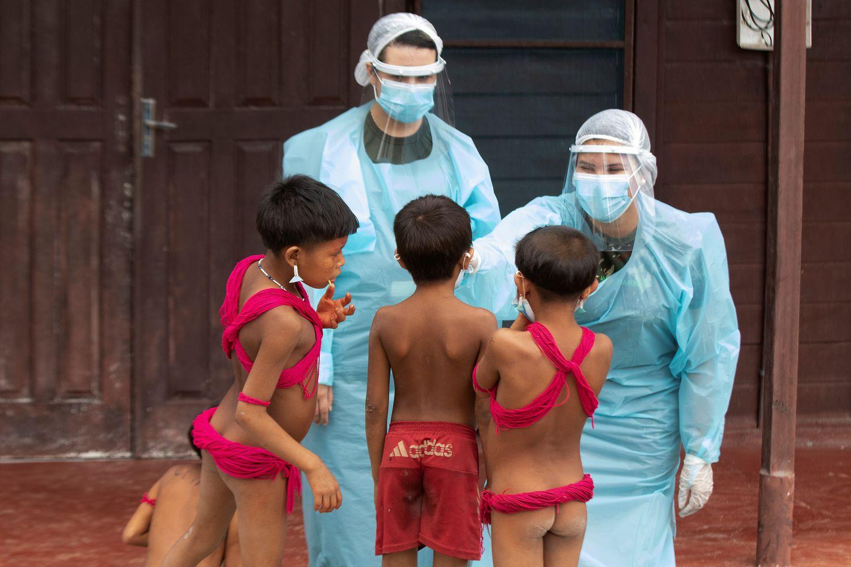 Crianças yanomami são atendidas por médicos militares.