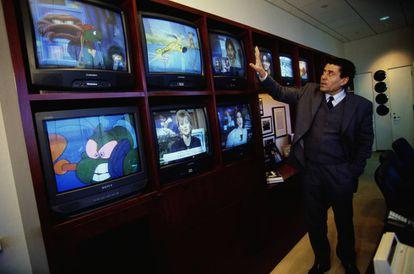 Haim Saban, o empresário visionário que adaptou a franquia para os Estados Unidos, fotografado em seu escritório em 1999.