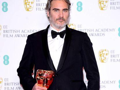 Joaquin Phoenix com seu prêmio Bafta de melhor ator.
