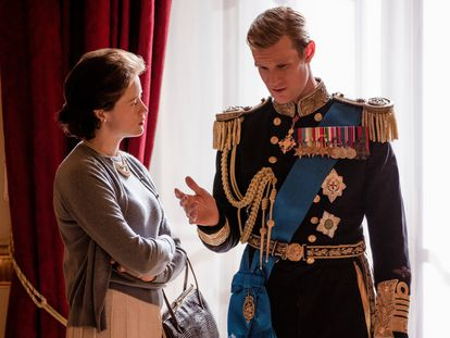 Claire Foy e Matt Smith como Elizabeth II e o duque de Edimburgo em uma cena do primeiro capítulo da segunda temporada de 'The Crown'.