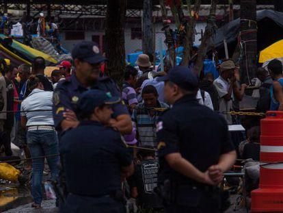 Guardas civis diante da cracolândia no centro de São Paulo.