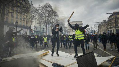 Os 'coletes amarelos' bloqueiam o acesso a uma refinaria de petróleo de Frontignan (França), em 3 de dezembro de 2018.