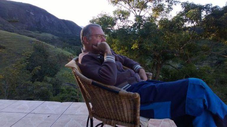 O biólogo espanhol Gonzalo Alonso Hernández em sua propriedade rural brasileira.