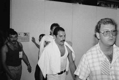 Freddie Mercury no 'backstage' do show Live Aid realizado em Londres, em 13 de julho de1985. À sua esquerda, seu namorado, Jim Hutton.