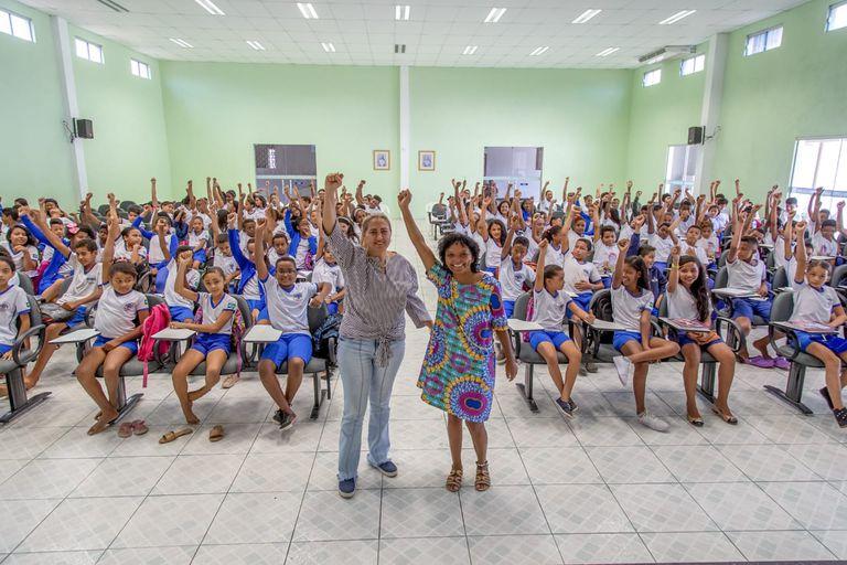 Ruthnéia Lima e Osana Morais com alunos de Oeiras, em 2019.
