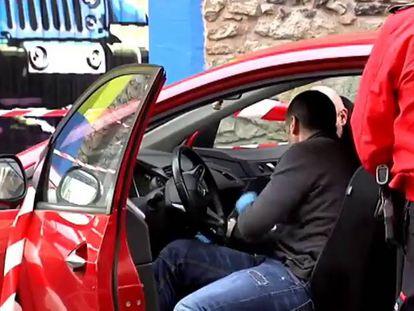Uma equipe da Polícia Basca recolhe provas.