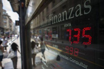Um luminoso com a mudança do peso, nesta quinta-feira em Buenos Aires.