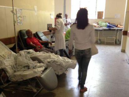 Pacientes dormem no corredor do hospital Julia Kubitschek.