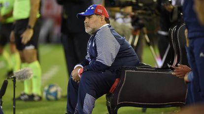O mito sentado em seu trono reservado no estádio do Newell's.