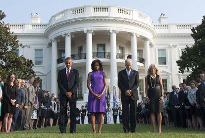 Os casais Obama e Biden, com os funcionários da Casa Branca, em frente à residência presidencial dos EUA, no 12º aniversário do 11 de Setembro.