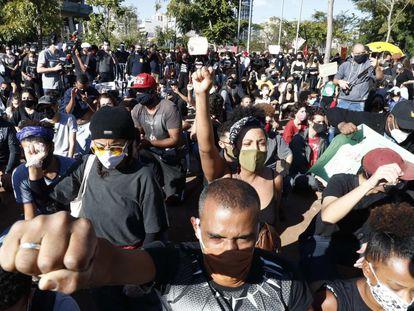 Apesar das recomendações de manter uma distância de um metro, manifestantes se aglomeraram em ato a favor da democracia em São Paulo.