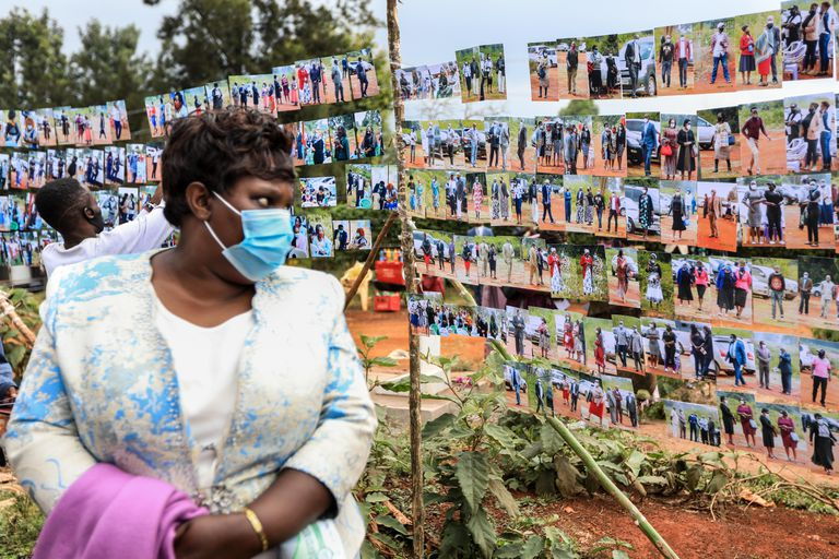 Mulher observa fotos do enterro de um pastor queniano famoso em Nairobi