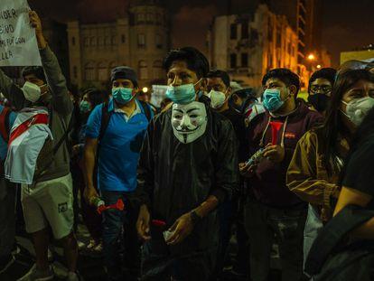 Um grupo de jovens durante um dos protestos do começo de novembro nas ruas de Lima.  Lima.