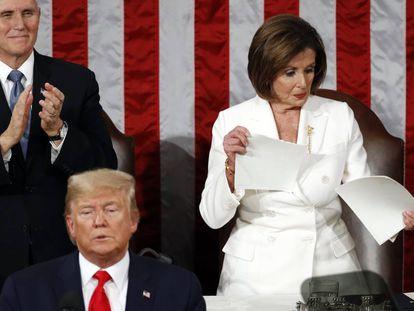 A presidente do Congresso, Nancy Pelosi, rasga uma cópia do discurso do Estado da União proferido por Donald Trump no plenário.