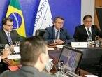O presidente Jair Bolsonaro acompanha a fala do argentino Alberto Fernández durante a cúpula virtual do Mercosul. A seu lado estão o chanceler Carlos França o secretário de Assuntos Estratégicos Flávio Rocha.