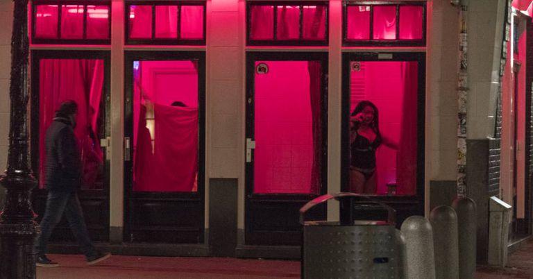 Homem passa em frente a uma vitrine de prostitutas no Bairro Vermelho de Amsterdã, em abril de 2017.