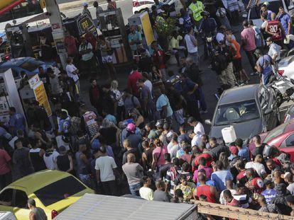 Fila em um dos poucos postos que ainda tinham combustíveis nesta segunda-feira no Rio de Janeiro
