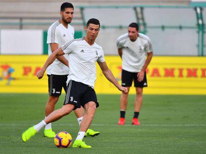 Cristiano Ronaldo trena com colegas da Juventus na véspera do jogo contra o Milan.