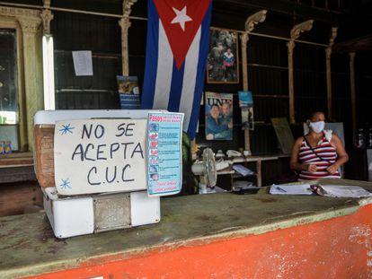 Comércio de Havana com um cartaz em que alerta que não se aceitam pesos conversíveis