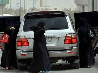 Mulheres sauditas saem de um carro em um dia de protesto em 2011