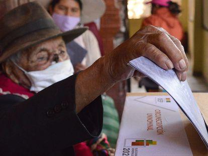 Um homem deposita seu voto na urna durante as eleições bolivianas.