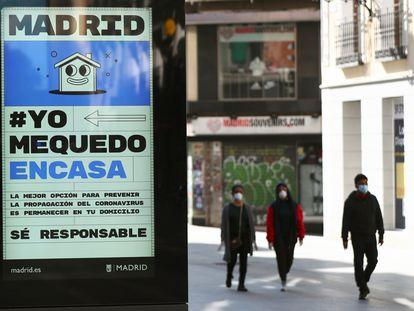 #YoMeQuedoEnCasa saiu das redes e virou campanha nas ruas de Madri, na Espanha, neste sábado.