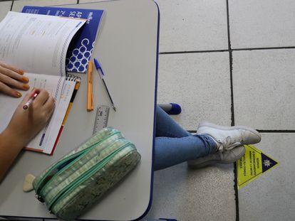 Sinal de distanciamento social em sala de aula da Escola Estadual Milton da Silva Rodrigues, em São Paulo, reaberta em novembro para aulas de reforço.