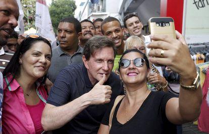 Marcelo Crivella, candidato à Prefeitura do Rio de Janeiro pelo PRB, em campanha. Domingos Peixoto / Ag. O Globo