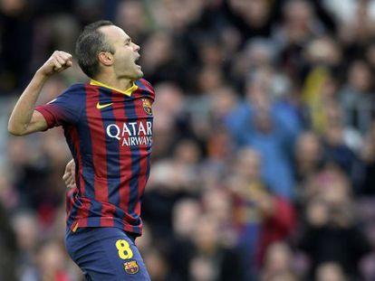 O jogador de futebol do Barcelona Iniesta comemora seu gol contra o Granada