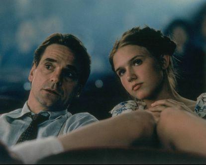 Jeremy Irons e Dominique Swain em uma cena promocional de 'Lolita' (1997).