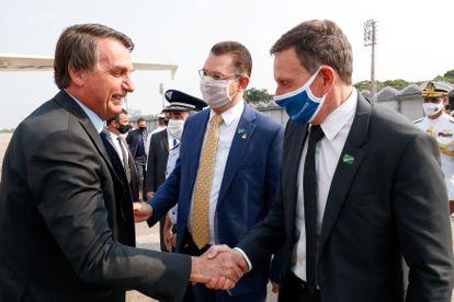 Em 10 de setembro, o presidente Jair Bolsonaro cumprimenta o prefeito Marcelo Crivella, em um evento das Forças Armadas, no Rio. Bolsonaro apoiou Crivella na disputa municipal, mas o prefeito não conseguiu se reeleger.