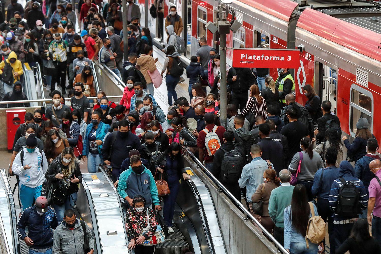 Passageiros desembarcam na estação da Luz, no centro de São Paulo, onde medidas de isolamento social estão sendo desmontadas, mesmo com os avanços de casos e mortes pela covid-19.