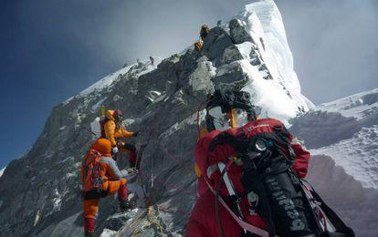 Alpinistas subindo o monte Everest.