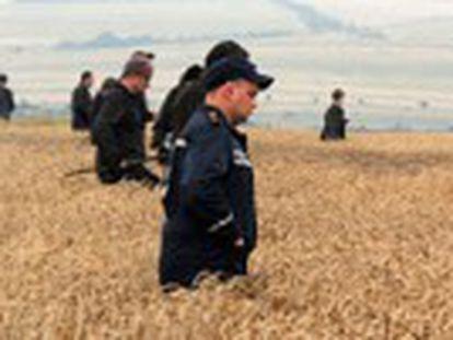 Merkel e Putin concordam em abrir uma investigação. Kiev acusa os rebeldes pró-russos e Moscou de destruir provas e de desaparecer 38 cadáveres. Especialistas da OSCE chegam a pé à zona. A Holanda exige que Putin ajude a recuperar os corpos