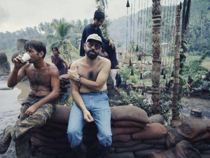 Martin Sheen e Francis Ford Coppola na filmagem de 'Apocalypse Now'. O diretor emagreceu 50 quilos durante o pedregoso processo do filme. O ator teve um infarto e ficou seis semanas de licença. No vídeo, o trailer da produção.