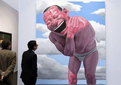 Dois homens contemplam a obra 'Céu Azul e Nuvens Brancas', do artista chinês Yue Minjun, durante a feira Art Paris, em 2014.